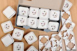 Kiste mit Steckdosen und Schaltern