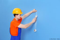 Loch in der Wand wird repariert