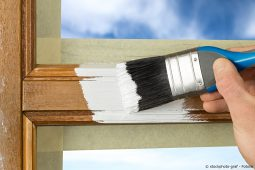 Fensterrahmen streichen mit Pinsel