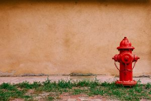 Hydrant vor Hauswand