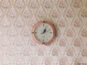 Strukturtapete mit Uhr