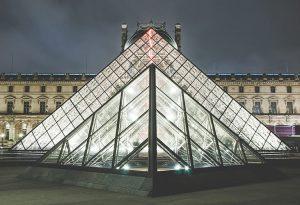 Dreieckige und viereckige Fenster im Louvre