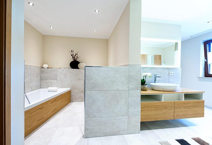 Im Badezimmer sollte es nach Feng Shui viel Licht und Naturtöne geben
