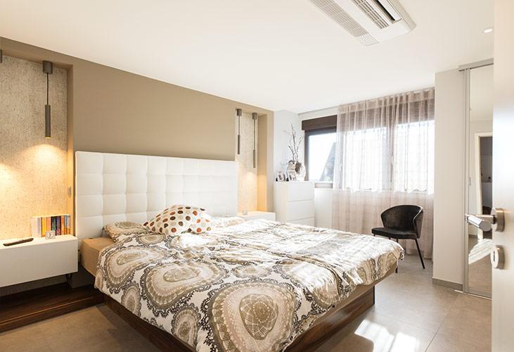 Ein Bett an der Wand mit Blick zur Tür ist einer der Vorschläge des Feng Shui fürs Schlafzimmer