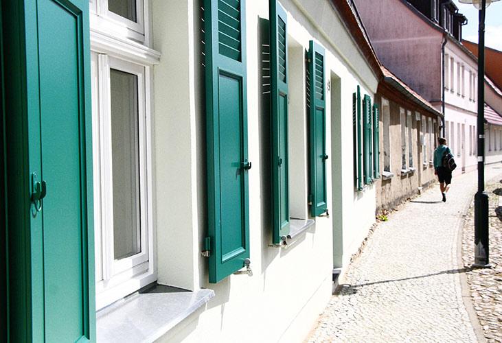 Bei denkmalgeschützten Häusern werden statt Rollläden häufig Fensterläden eingesetzt