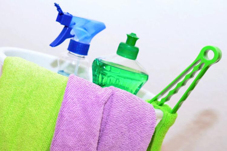 Ein Allzweckreiniger oder ein sanftes Reinigungsmittel eignen sich gut für die Pflege des Bodens.