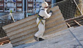 Mann trägt Asbestplatte