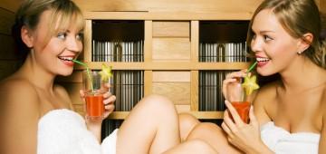 Zwei Frauen genießen einen Drink in der Heimsauna