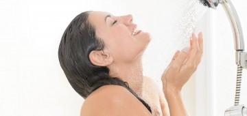glückliche Frau unter der Dusche
