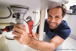 Installateur repariert Waschbecken