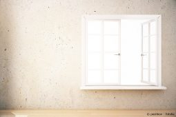 Fensterbank von doppelflügligem Fenster