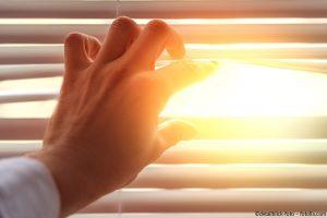 Jalousien-Schutz-vor-Sonnenstrahlen-und-neugierigen-Blicken