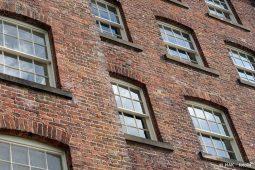 Schiebefenster in Backsteinhaus