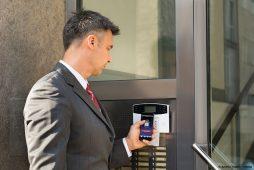 Mann öffnet elektronisches Türschloss