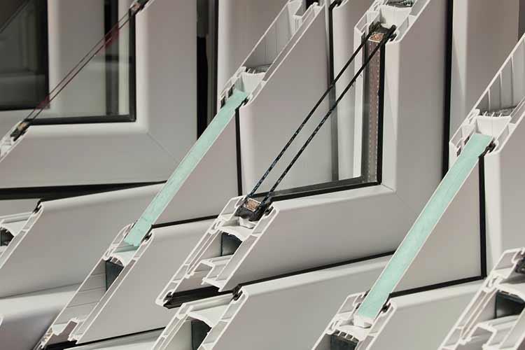 Verschiedene Fensterrahmen aus PVC