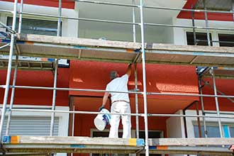 Maler streicht Fassade