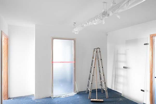 Malerarbeiten: Streichen einer renovierten Wohnung