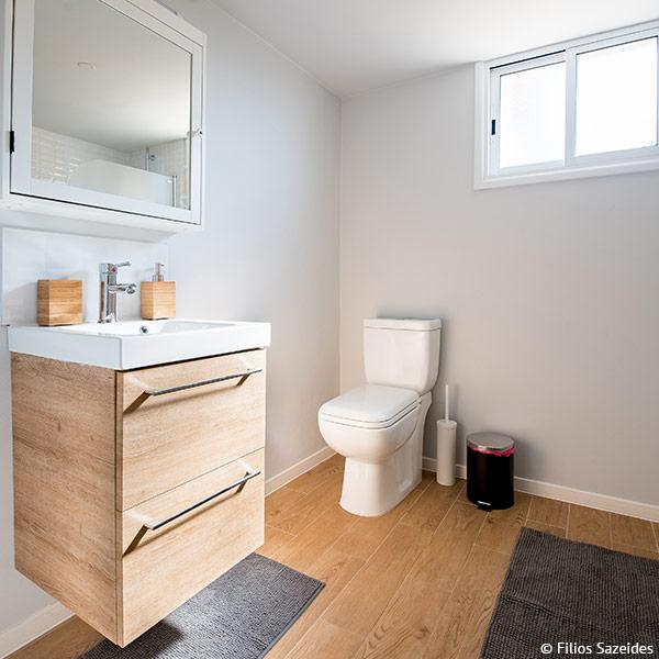 Holz kann im Bad für Fußboden oder Möbel eingesetzt werden