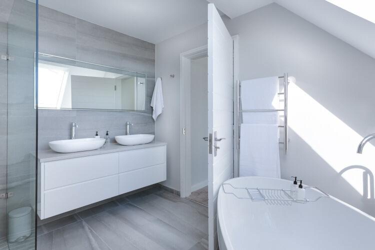 Modernes Bad mit Armaturen und Sanitärprodukten von GROHE (Symbolbild)