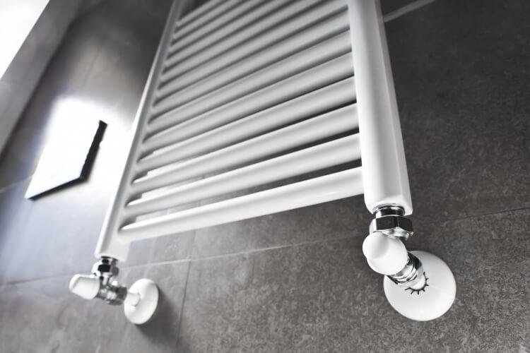 Röhrenheizkörper im Badezimmer